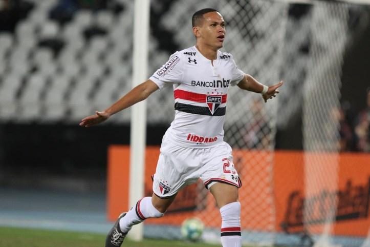12bff47fe8 A indefinição entre São Paulo e Atlético-PR em relação a Marcos Guilherme  está sendo monitorada por dois rivais brasileiros e um clube da França.