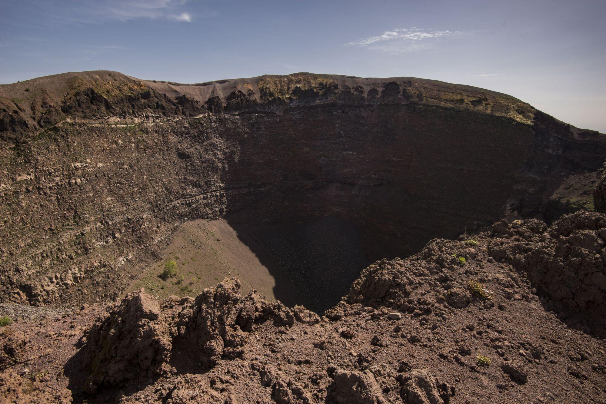 hight resolution of mount vesuvius crater