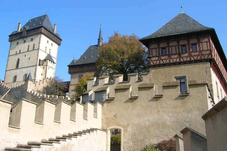 Karljsteinin linna on mainio retkikohde Prahasta.