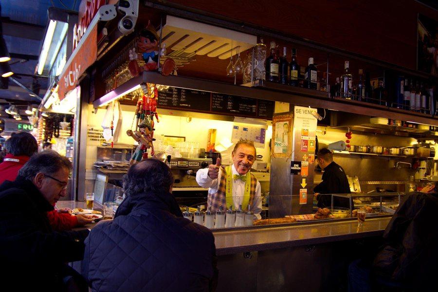 Boquerian kauppahallin Bar Pinotxon omistaja Juanito on aina hyvällä tuulella. © tripsteri.fi / Tuulia Kolehmainen
