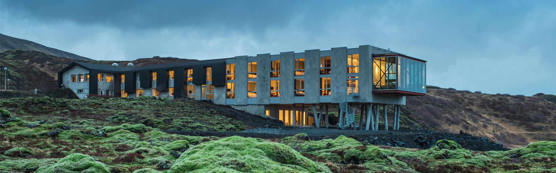 Designhotelli iON sijaitsee kätevästi keskellä islantilaista laavapeltoa (pihaan menee kunnon tie). Kuva: IOn