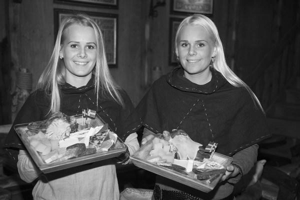Unnur Ýr Vidarsdóttir (vasemmalla) ja Birna Rut Vidarsdóttir tarjoilevat viikinkiruokaa Fjörukráinin ravintolassa. Kuva: Björgvin Hilmarsson
