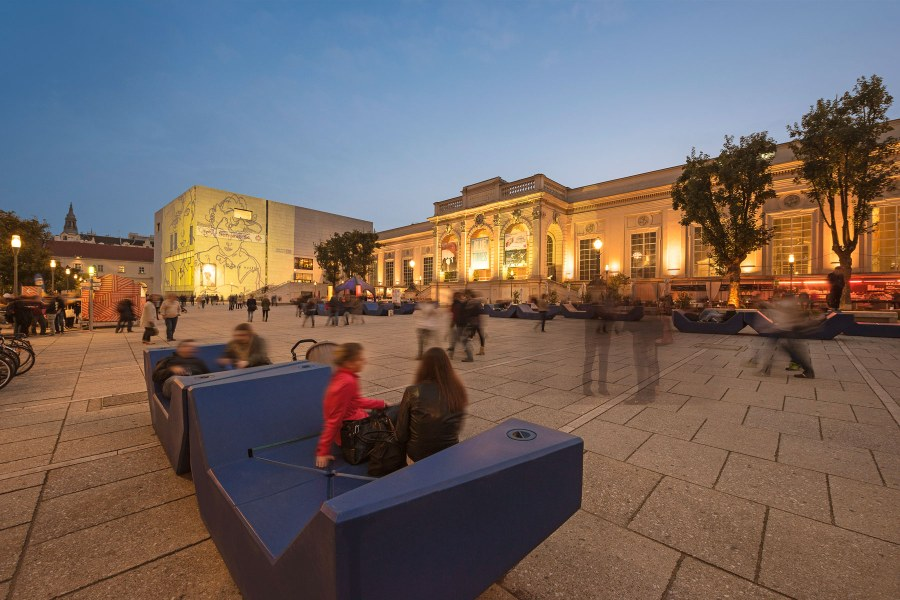 Wienin museokorttelin sisäpihalla vietetään aikaa ravintoloissa, kahviloissa tai enzeillä loikoillen. Kuva: WienTourismus / Christian Stemper
