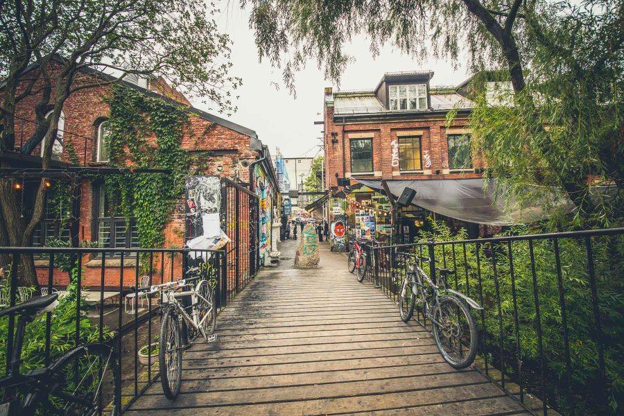 Blå-klubin viereisessä rakennuksessa myydään sunnuntaisin muun muassa paikallisten taiteilijoiden töitä. © Joakim Mangen