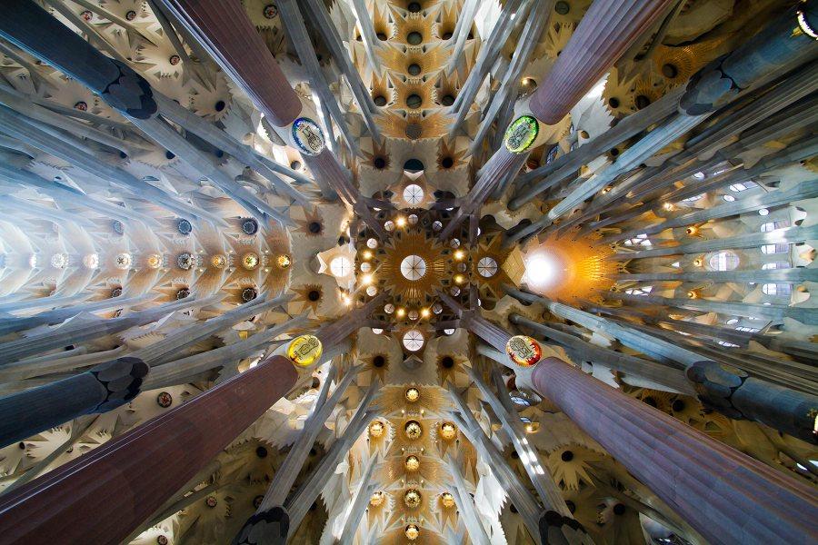 Sagrada Familian psykedeelinen sisäkatto © tripsteri.fi / Tuulia Kolehmainen