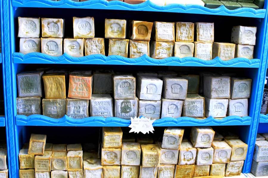 """Saippuakauppias tarjoaa oivan valikoiman Marseillen kuulua saippuaa, """"savon de Marseille"""". © J. Pyton"""