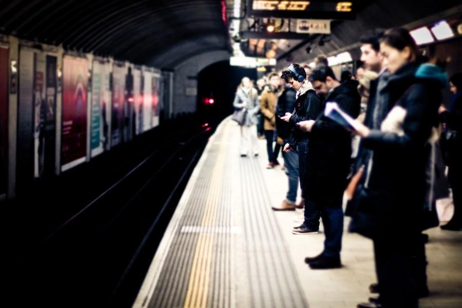 Lontoon metrossa. Kuva: Hernán Piñera, flickr.com, CC BY-SA 2.0