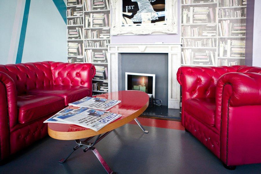 Clink261 hostelli Lontoossa ja sohva-alue © Clink Hostelst