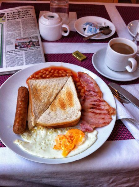 Englantilainen hotelliaamiainen. Kuva: Priit Tammets, flickr.com, CC BY 2.0