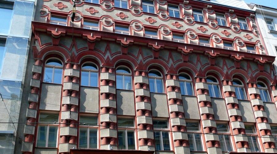 Rondokubististen talojen koristelut hyppäävät silmille.