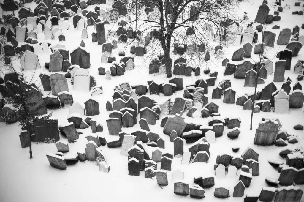 Prahan vanha juutalainen hautausmaa on tunnelmallinen myös talvella. Kuva: Alfred Weidinger, Flickr CC (talvella)