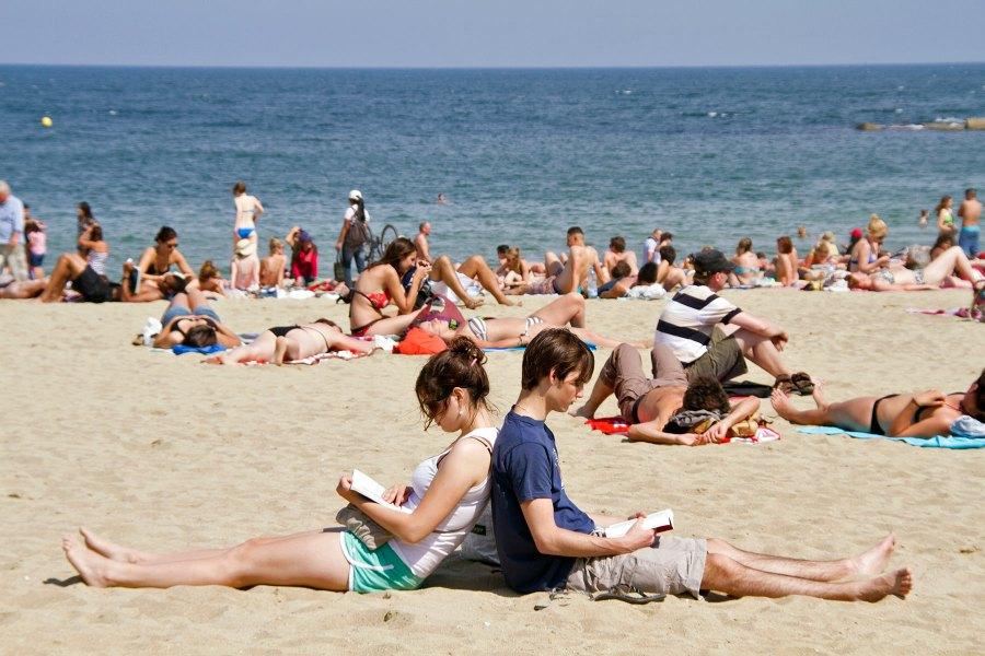 Lukuhetki Barcelonetan rannalla © tripsteri.fi / Tuulia Kolehmainen