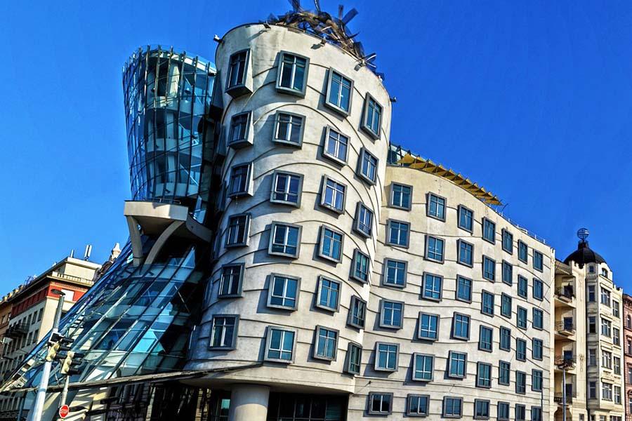 Tanssiva talo on Prahan huomiota herättävin moderni rakennus.