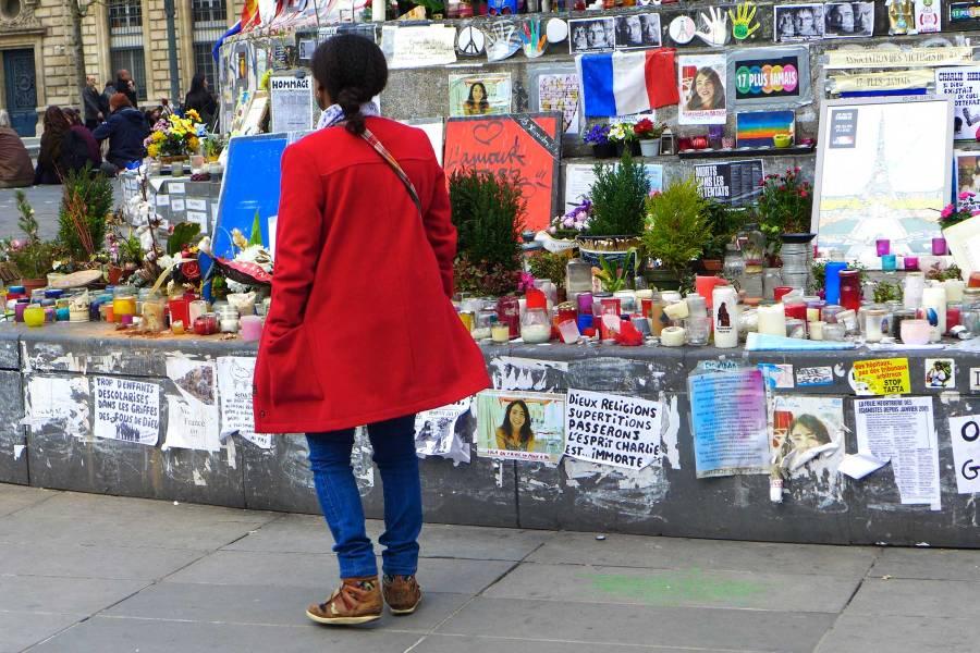 Kynttilöitä, kukkia, runoja, iskulauseita … République-aukion monumentaalisen Marianne-patsaan edessä hiljennytään terrorismin uhrien muistoksi.© Tripsteri/ Anneli Airaksinen
