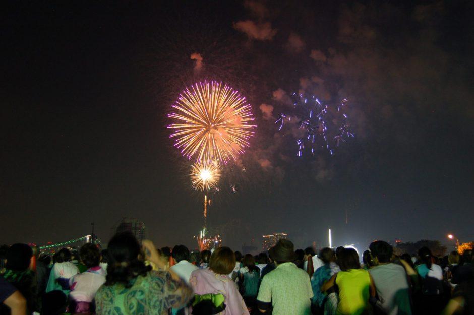 Illan hämärtyessä hanabi pääsee vauhtiin. Kuva: Marufish, flickr.com, CC BY-SA 2.0.