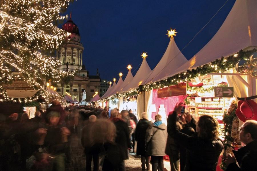 Berliinin joulumarkkinoilla – Gendarmenmarkt. Kuva: Philipp Dubrau