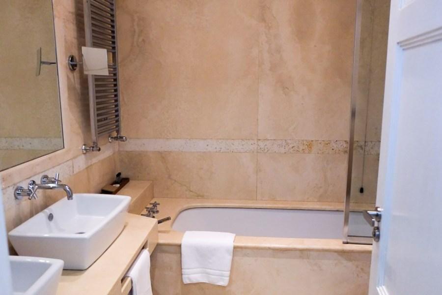 Huoneissa on hienot, italialaiset kylpyhuoneet © Moses Fountain Hotel