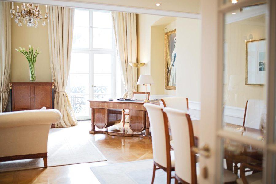 Coburgin palatsissa on kaupungin kalleimmat huoneet ja kahden Michelin-tähden ravintola. Kuva: Palais Coburg Hotel Residenz / Tina Herzl.