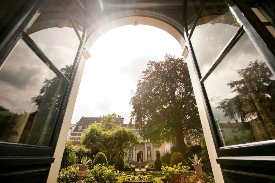 Kanavatalojen sisäpihojen upeita puutarhoja pääsee ihastelemaan kerran vuodessa järjestettävänä Open Garden Dayna. © Cris Toala Olivares