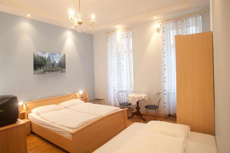 Verassa on myös esimerkiksi viiden hengen huoneita perhematkailijoille.