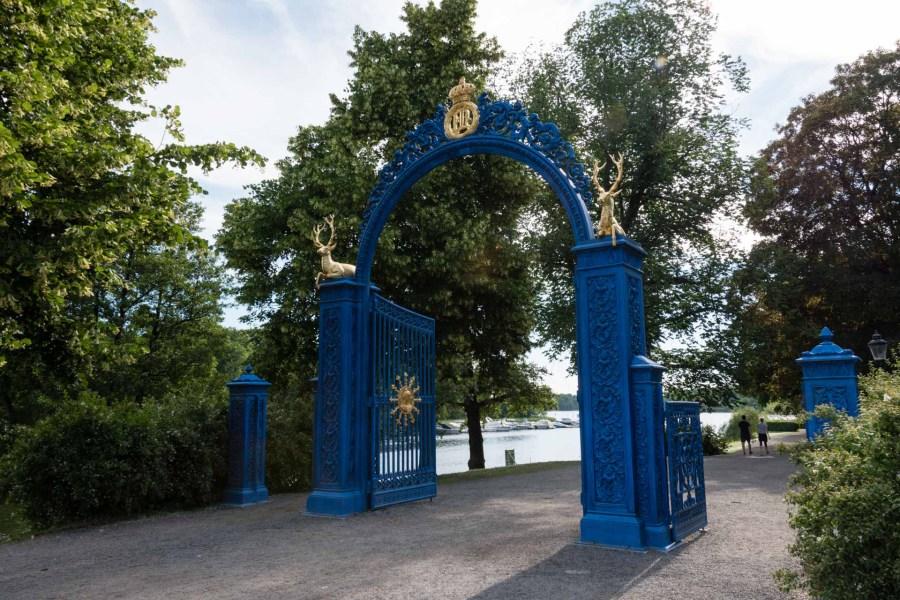 Djurgårdenin sininen puistonportti. Kuva: Soile Vauhkonen
