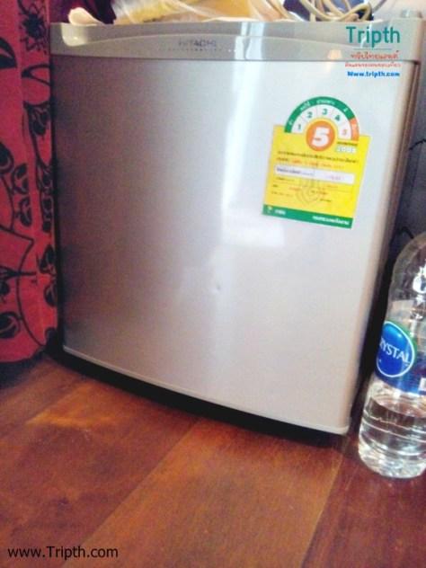 ในห้องพักมีตู้เย็นพร้อม ข้างในมีน้ำ 2 ขวดนะ