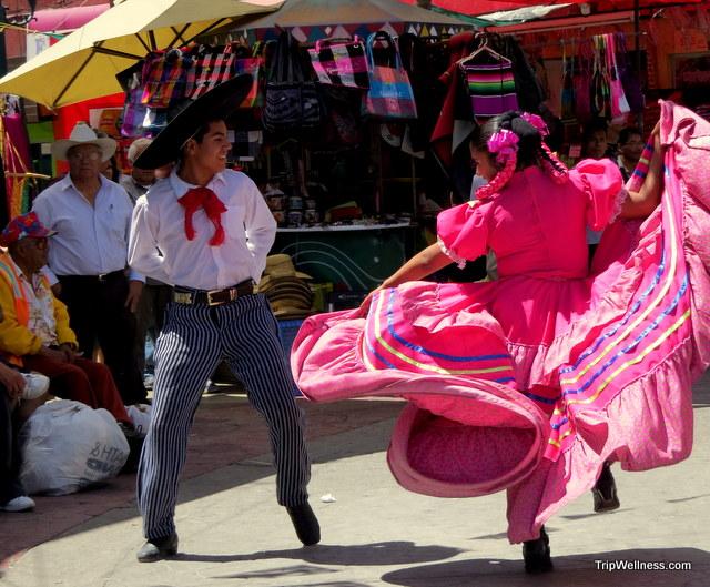 Dancers on a Saturday morning in Plaza Cecilia.