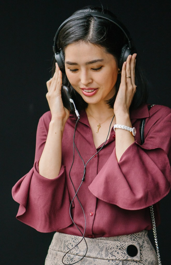 easy meditation online pic: woman listening on headphones