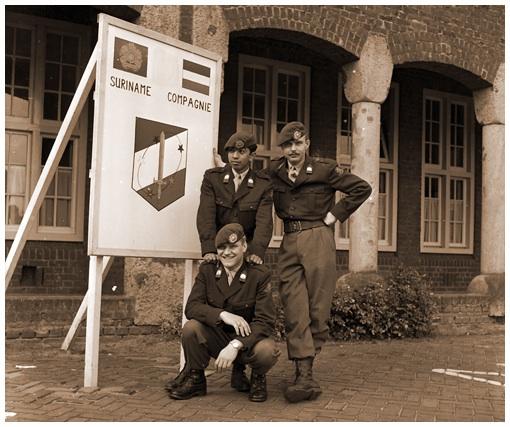 Mannen van de TRIS bij het bord op Isabellakazerne