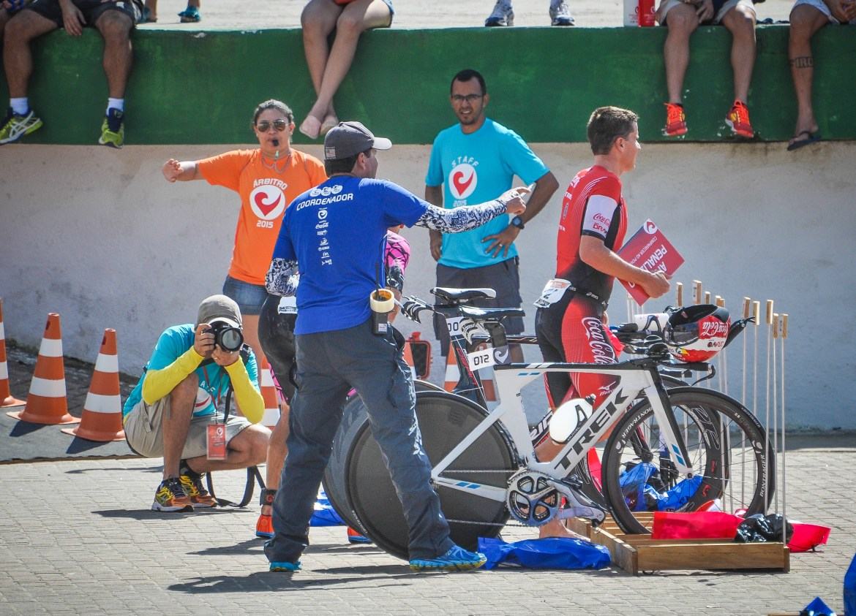 Marcus Fernandes sendo comunicado de sua punição no Challenge Maceió - Foto Emerson Lima