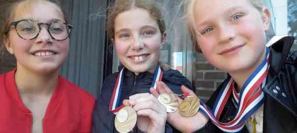 De drie meiden met medailles