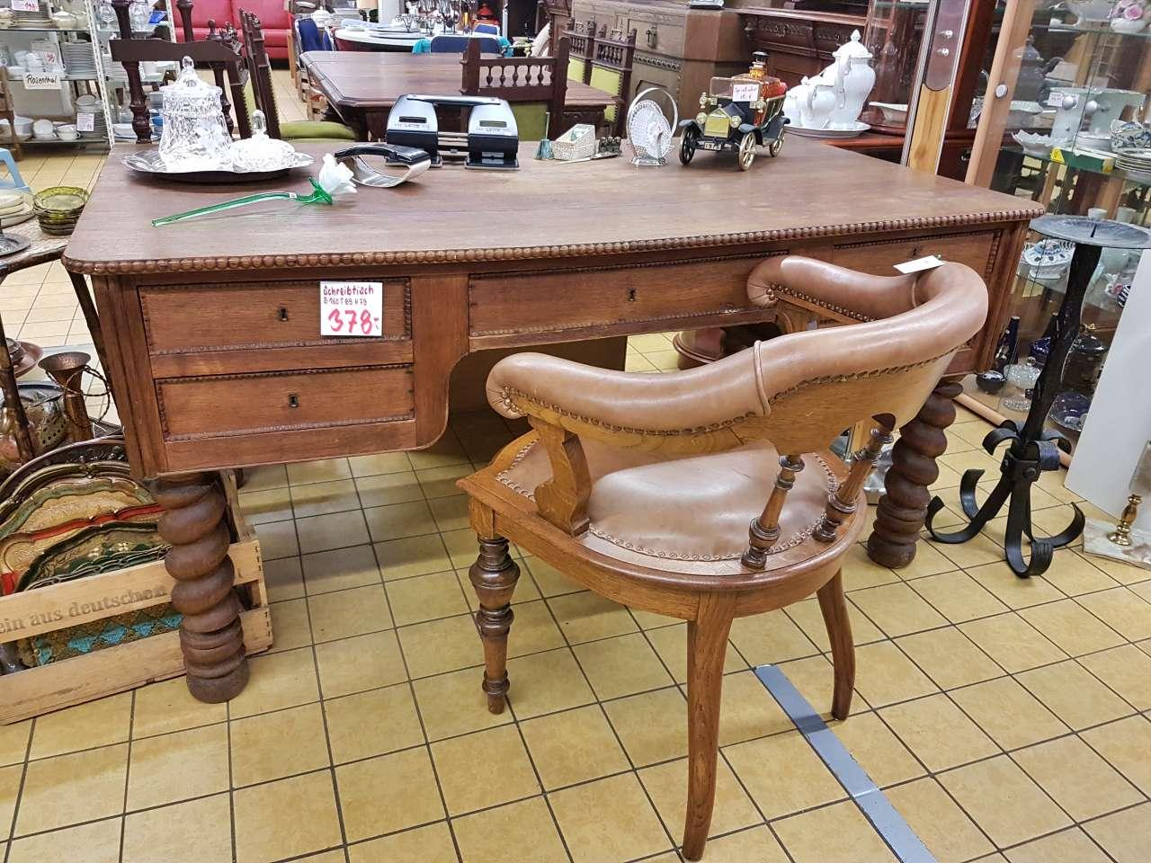 Schreibtisch mit Armlehnstuhl antik
