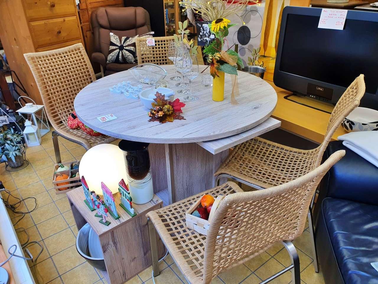 Esstisch rund ausziehbar Holzoptik und Stühle Korbgeflecht