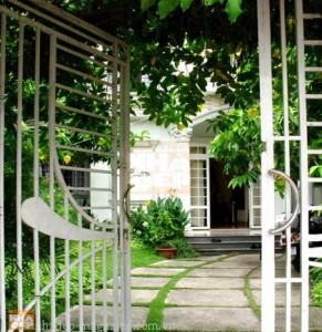 hướng mở cổng và lối đi vào nhà