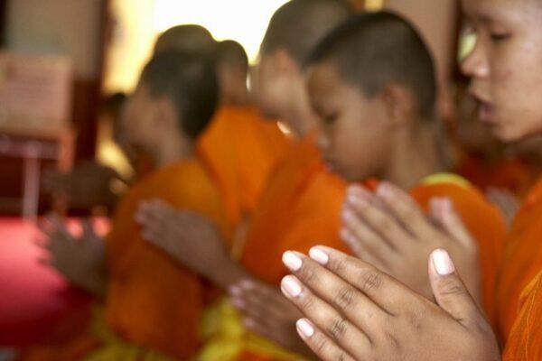 NIÑOS MONJES REZANDO EN EL WAT PHRASINGH EN CHIANG MAI