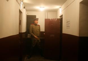 SIMULACIÓN DEL CARCELERO. MUSEO KGB. TARTU