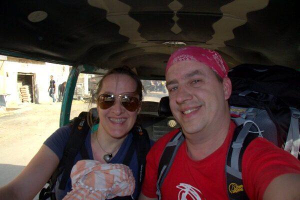 BEATRIZ Y JORGE EN UN TAXI COLECTIVO EN GUIZA