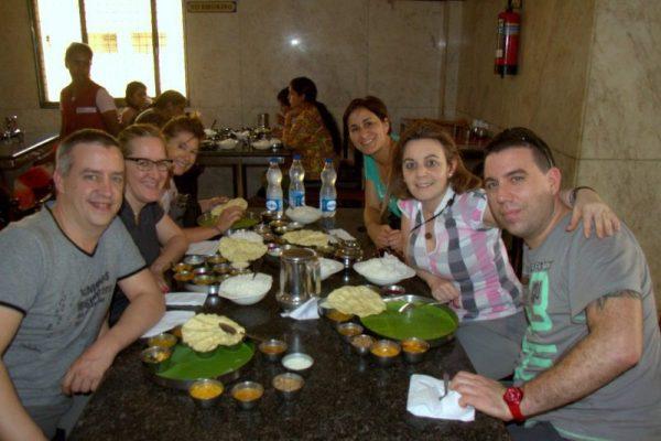 FOTO DE GRUPO EN EL RESTAURANTE SARAVANA BHAVAN HOTEL RESTAURANT EN KANCHIPURAM