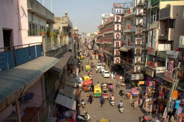 CALLE MAIN BAZAR DESDE EL RESTAURANTE KRISHNA CAFE EN DELHI