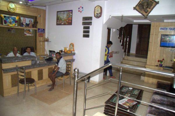 RECEPCIÓN DEL HOTEL PARTH PALACE EN DELHI