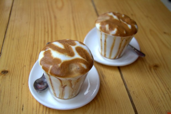 CAFÉ MACCHIATO EN EL OURS CAFE EN BAHIR DAR