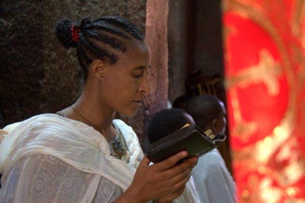 CHICA REZANDO EN LA IGLESIA BETE MARYAM, LALIBELA