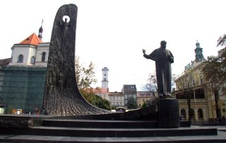 MONUMENTO A TARAS SCHEVCHENKO EN EL BULEVAR SVOBODY, LVIV