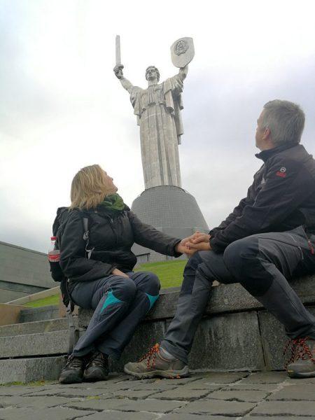BEATRIZ Y JORGE JUNTO A LA ESTATUA DE LA MADRE PATRIA, KIEV