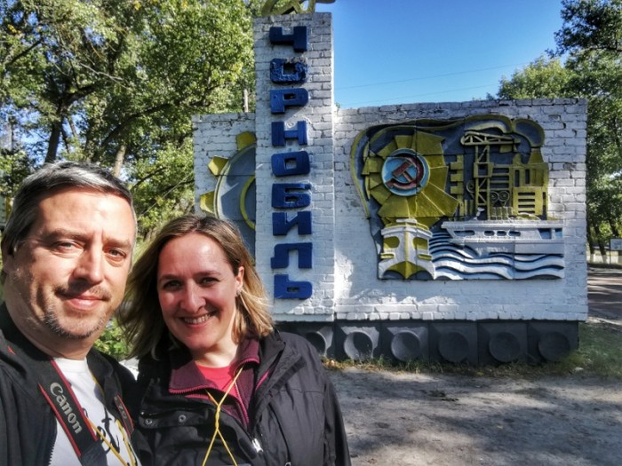BEA Y JORGE JUNTO AL CARTEL DE LA CIUDAD DE CHERNOBYL
