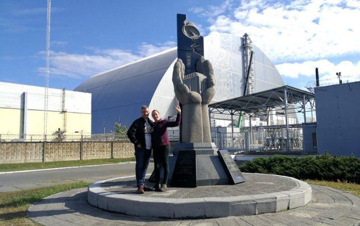 BEATRIZ Y JORGE EN EL MEMORIAL DETRÁS DEL REACTOR 4 DE LA CENTRAL NUCLEAR DE CHERNOBYL