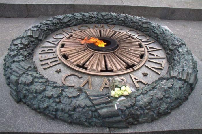 LLAMA ETERNA EN UN MEMORIAL DE LA SEGUNDA GUERRA MUNDIAL, KIEV