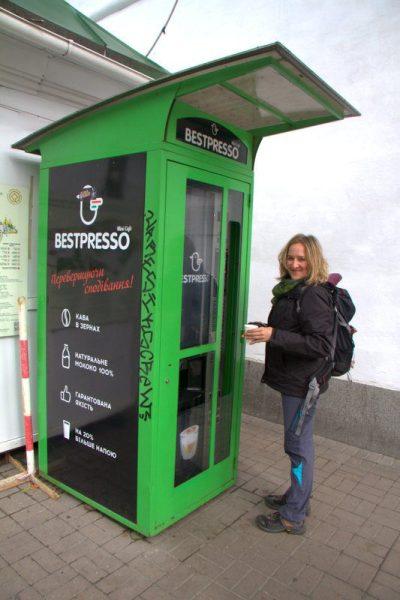 BEATRIZ SACANDO UNOS CAFÉS ANTES DE ENTRAR AL MONASTERIO DE LAS CUEVAS, KIEV