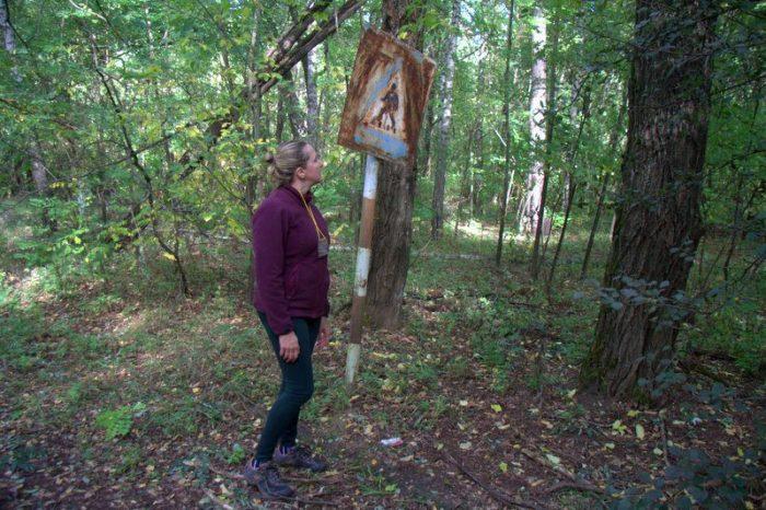 BEATRIZ JUNTO A UNA SEÑAL OXIDADA EN LAS INSTALACIONES MILITARES CHERNOBYL 2
