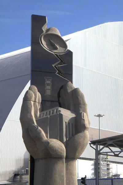 MEMORIAL DETRÁS DEL REACTOR 4 DE LA CENTRAL NUCLEAR DE CHERNOBYL